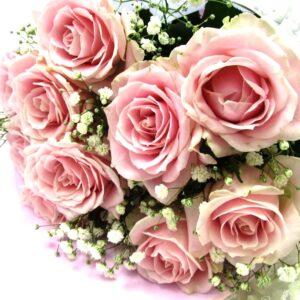 ピンク系の薔薇ととかすみ草の花束