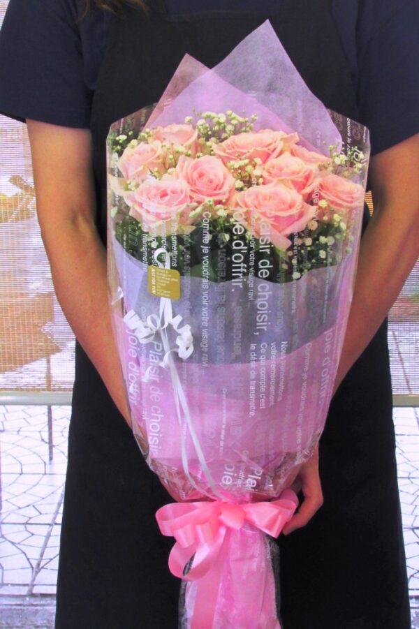 ピンク系の薔薇とかすみ草の花束