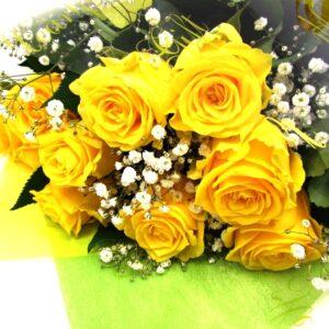 黄色系の薔薇ととかすみ草の花束