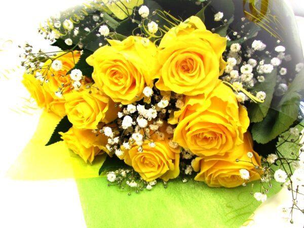 黄色系の薔薇とかすみ草の花束
